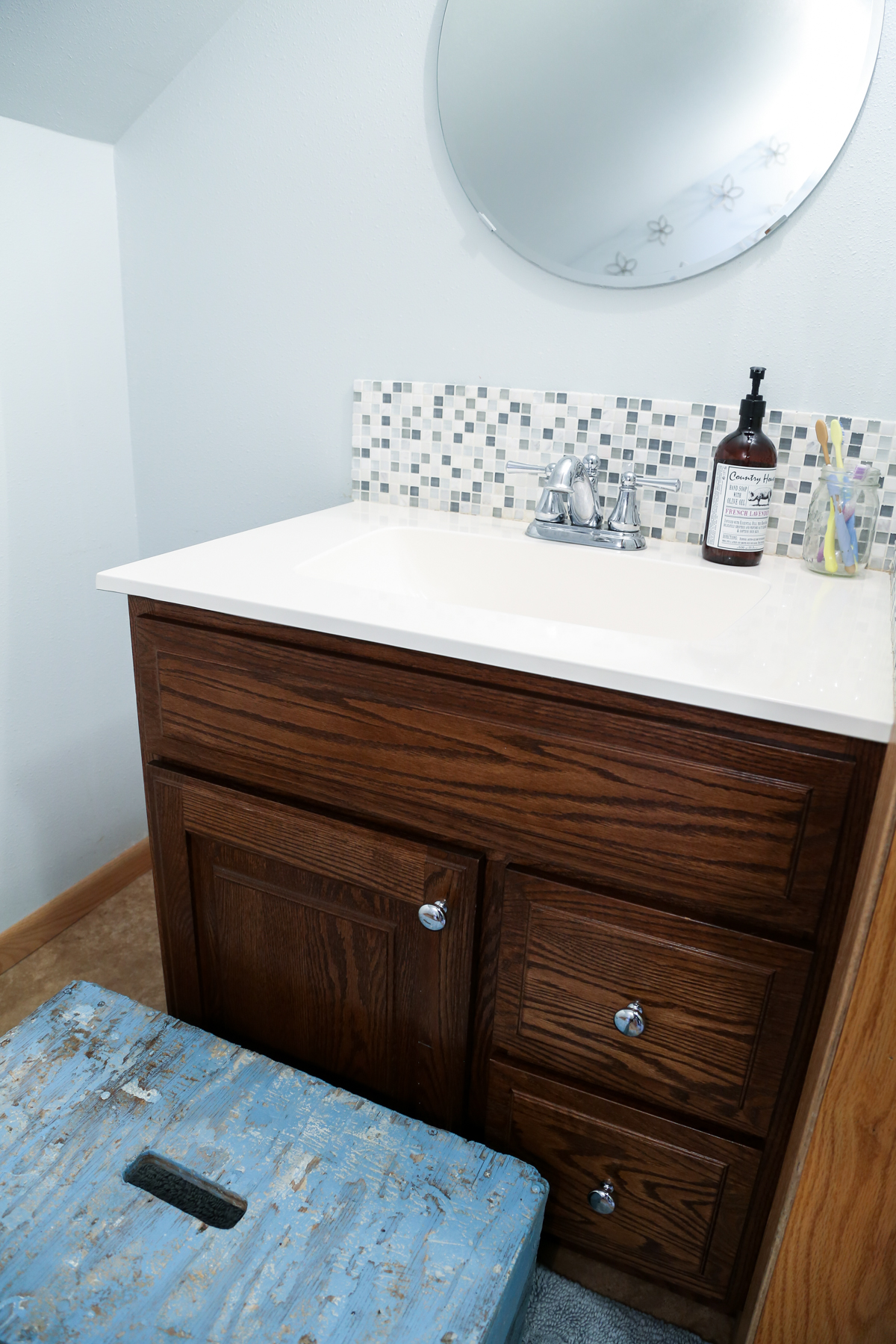 The farmhouse bathroom before a modern farmhouse update.