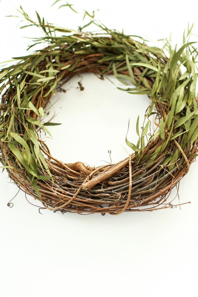 Simple steps to create your own eucalyptus willow wreath. DIY eucalyptus willow wreath. homestead128.com