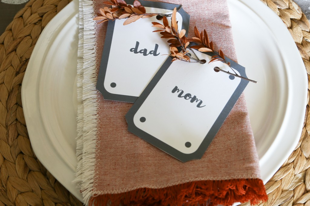 DIY place cards that can easily be customized and printed from your computer. Perfect for the farmhouse Thanksgiving table.